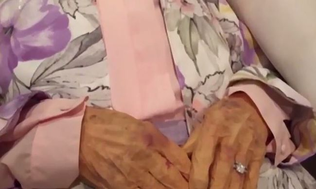 Videó: a nyitott koporsóban fekvő halottról lopta el a jegygyűrűt a nő