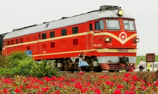 Lefotózták, ahogy szelfizés közben halálra gázolja a lányt a vonat