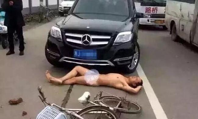 Meztelenül feküdt a kocsi alá, hogy pénzt csaljon ki