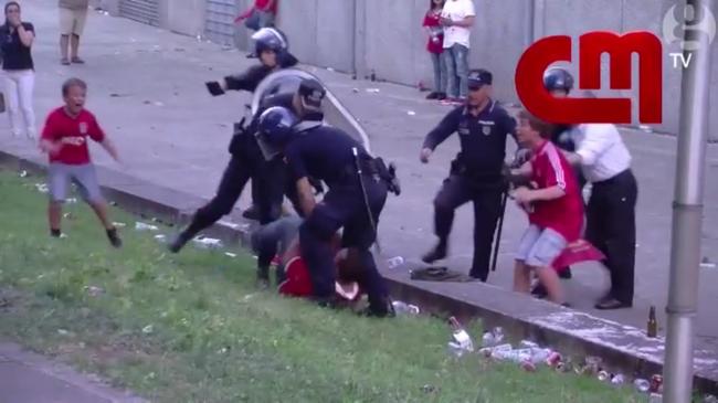 10 év börtönt kaphat a rendőr, aki a gyerekei előtt vert össze egy szurkolót