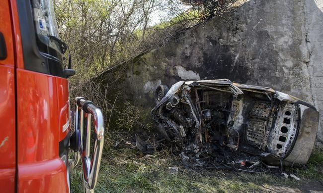 Halálos baleset: kamionnal ütközött az autó, kigyulladt és ötméteres árokba zuhant - képek