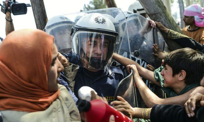 Könnygázzal oszlatták fel a tiltakozó migránsokat a határnál