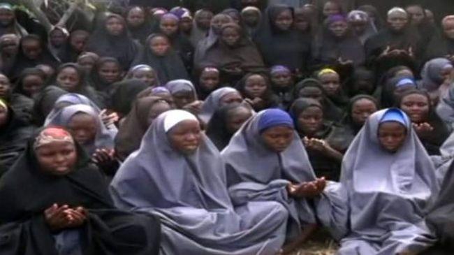 Elrabolt lányokat filmeztek le a terroristák, szüleik felismerték őket