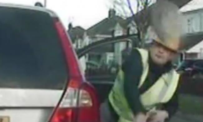 Téglával törték be a rendőrautó szélvédőjét - videó
