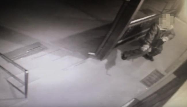 Karate mozdulatokkal és rúgásokkal próbált betörni a dohányboltba - videó