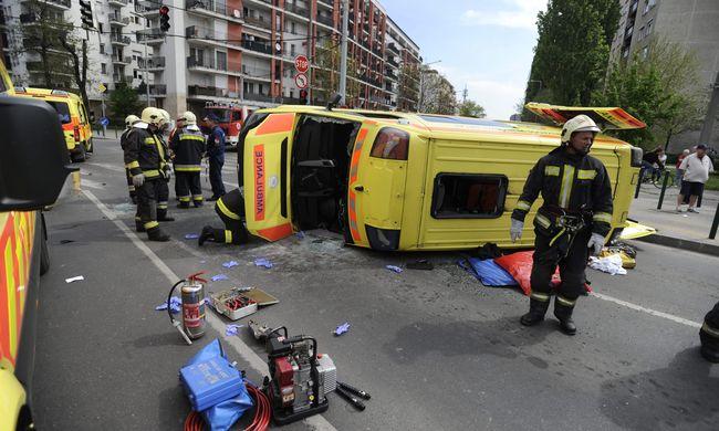 Súlyos mentőautó-baleset Budapesten