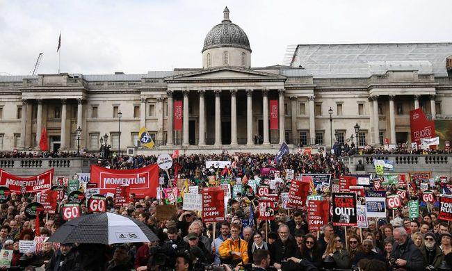 Százezren tüntettek a megszorítások ellen