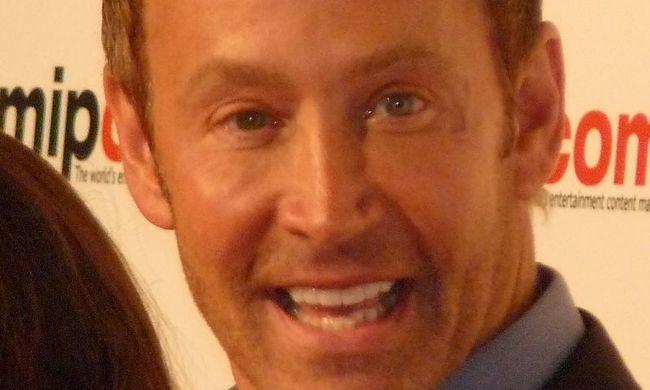Véletlenül egy amerikai színész fényképével keresték a csalót