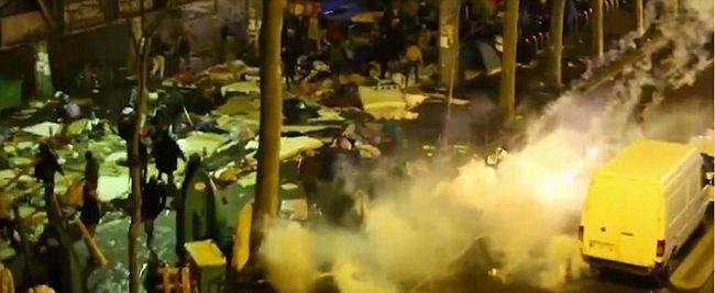 Fémrudakkal verték egymást a migránsok, a rendőrség könnygázt vetett be - videó