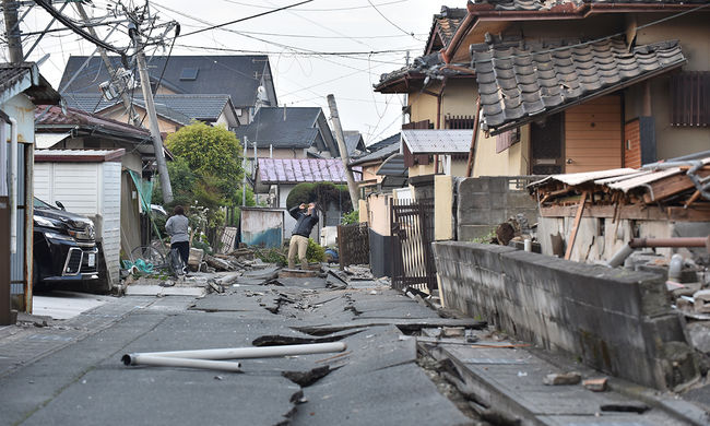 Leállt az autógyártás a földrengés miatt Japánban, még keresik a túlélőket