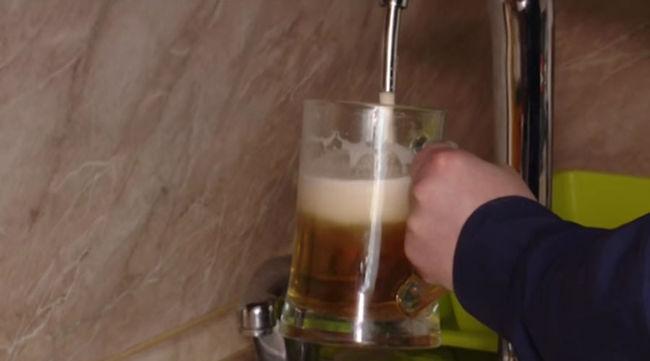 Konyhájába vezettette a helyi sörfőzde csapját - videó