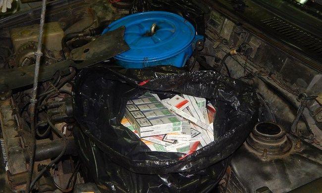A hamis alvázszámú kocsi motorjához rejtették a csempészcigarettát