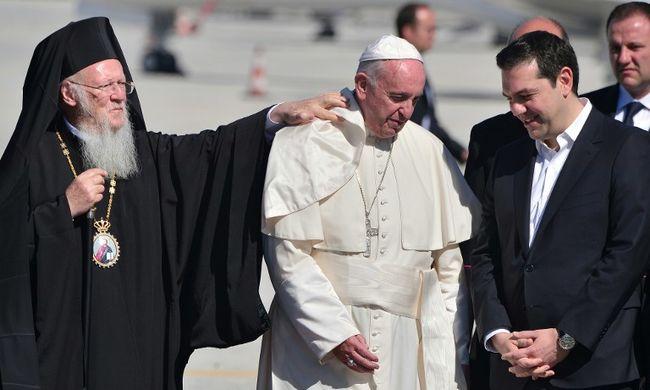 Ferenc pápa migránsokkal ebédel Leszboszon