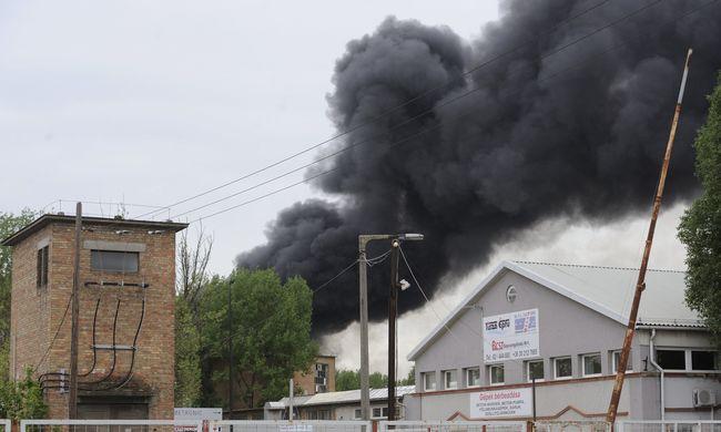 Veszélyes hulladék lángol a vasúttól néhány méterre