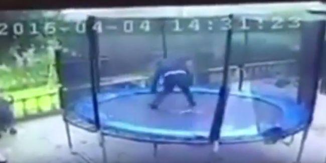 Cipőjét is elhagyta a trambulinra ugró menekülő rabló - videó