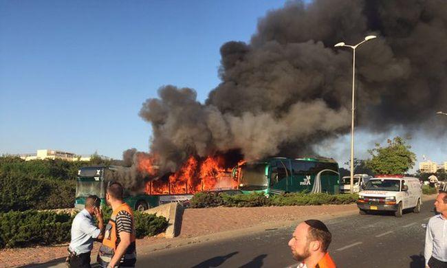 Felrobbant egy busz, 16 ember megsérült
