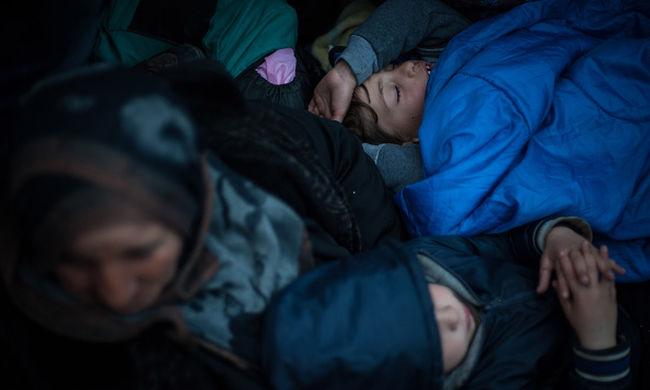 Földön alszunk, a takaróink csuromvizesek, az emberek betegek -panaszolta egy állapotos migráns