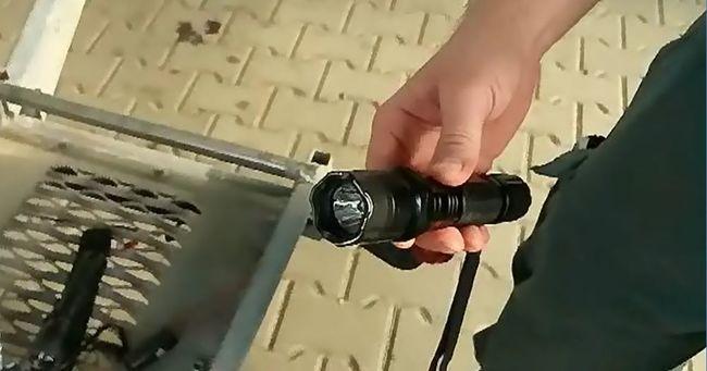 Zseblámpának álcázták az elektromos sokkolókat