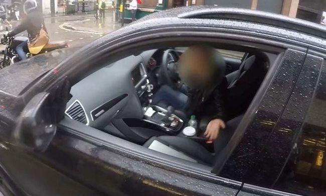 Vezetés közben számítógépezett a nő, szerinte piros lámpánál szabad - videó