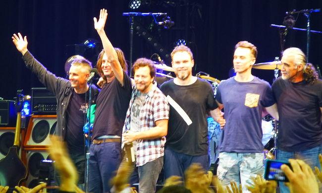 A Pearl Jam nem lép fel a melegek jogait sértő törvény miatt