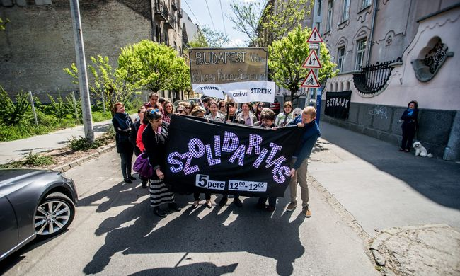 Tanársztrájk: sok helyen megálltak öt percre, több száz iskolában sztrájkolnak