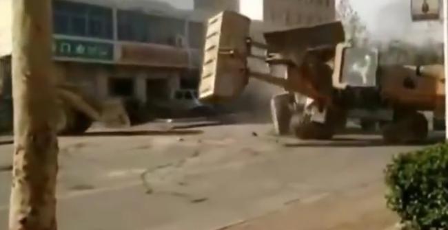 Buldózerrel párbajoztak a dühös munkások az utcán - videó