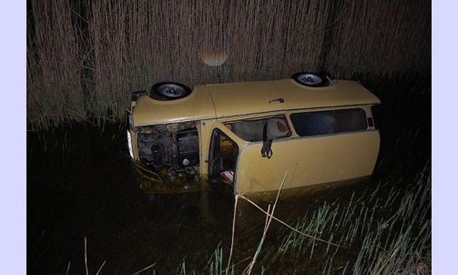 Autót loptak, furikáztak vele, majd a tóba lökték