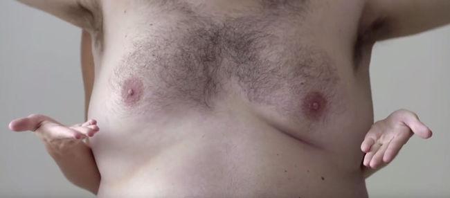 Férfi mellekkel kerülték ki a cenzúrát, így kell a mellrákot otthon vizsgálni - videó