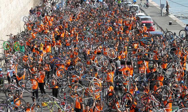 Leáll a belváros: elkezdődött a biciklis felvonulás