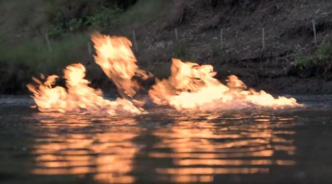 """""""Átkozott őrület"""": lángolt a folyó felszíne egy fúrótorony mellett - videó"""