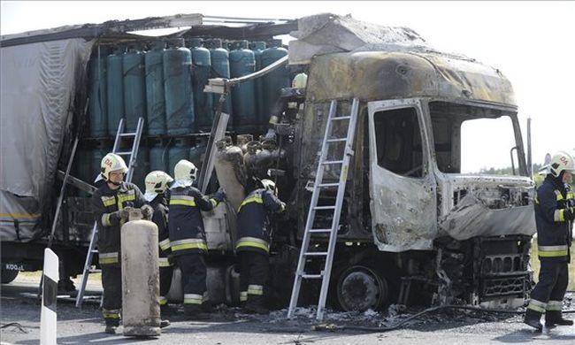 Mentőhelikopterrel vitték el a sofőrt a lángoló kamion mellől az M5-ösről