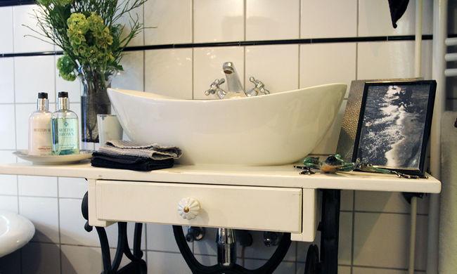 A mosdókagylóba verte az élettársa fejét