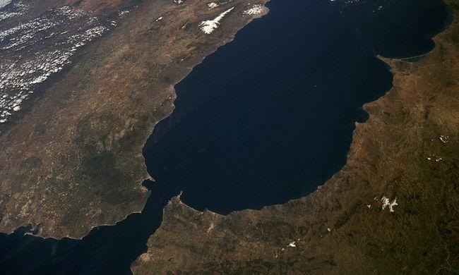 Rekordidő alatt úszta át a Gibraltári-szorost