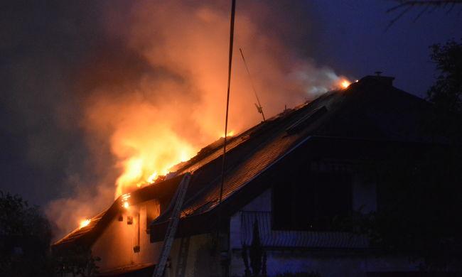 Tűz és robbanás egy ikerházban - képgaléria