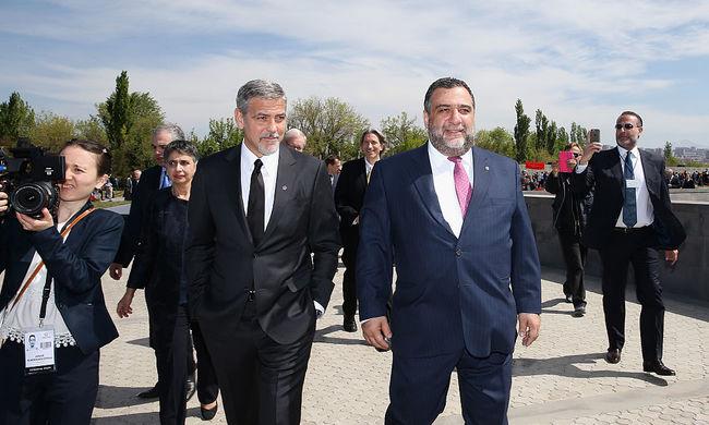 George Clooney vezette a népirtás áldozataira emlékező menetet