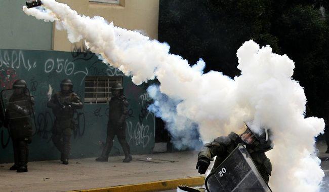 Könnygázzal oszlatták fel az elnök ellen tüntető tömeget