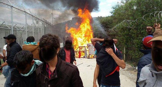 Kövekkel tüntettek fogva tartásuk ellen a migránsok - videó