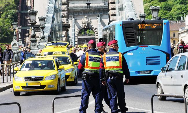 A taxisok tüntetnek, az Uber visszavág