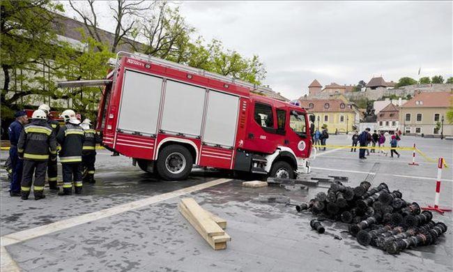 Beszakadt az út a tűzoltóautó alatt Egerben, a Dobó téren - videók