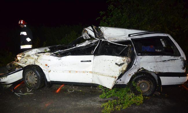 Súlyos baleset: eszméletlenül emelték ki az autóból