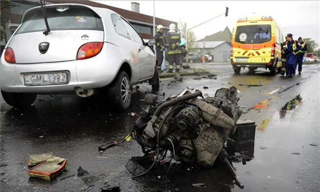 Az autó motorja is kiszakadt az ütközéstől - fotók