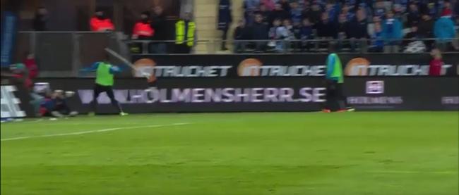 Szögletzászlót dobott a szurkolók közé egy focista - videó