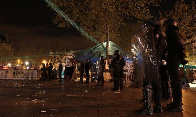 Kirakatokat törtek be, kocsikat gyújtottak fel és megdobálták a rendőröket