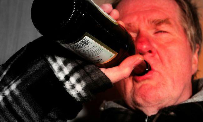 Alkoholistákkal barátkozott és elvette a házukat
