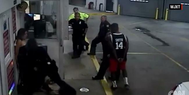 Megverte a megbilincselt nőt a rendőr - videó
