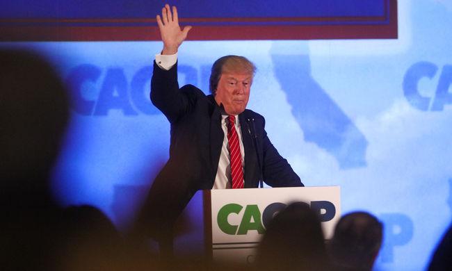 Verés és zászlóégetés is volt Trump kampánygyűlésén