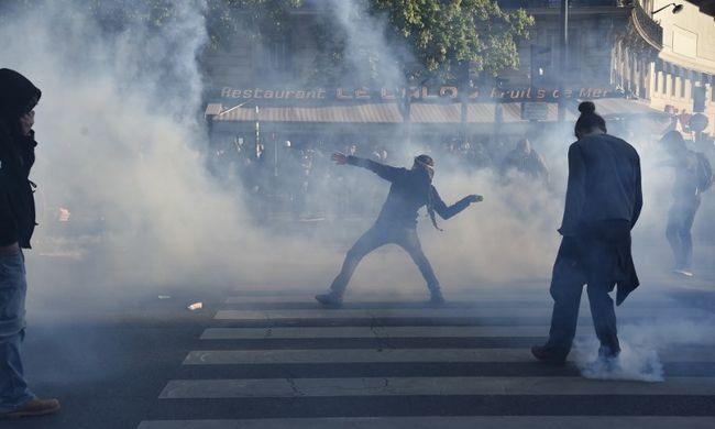Kivették a kukákból az üvegeket, azzal dobálták a rendőröket a franciák - videó