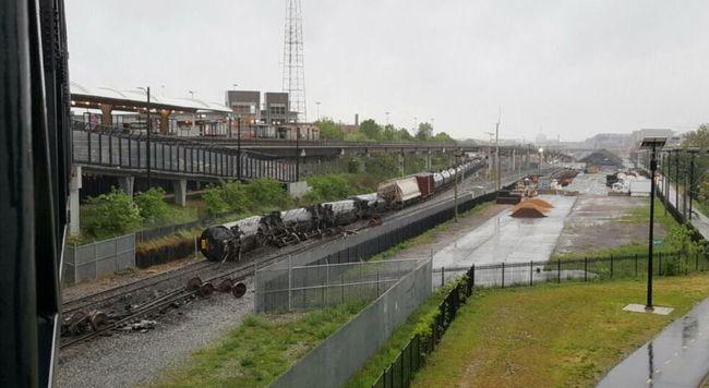 Kisiklott egy tehervonat, vegyi anyag szivárog több tartályából - videó