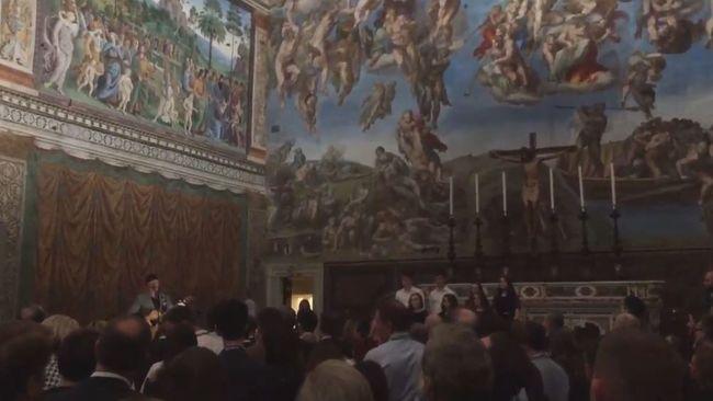 A Sixtus-kápolnában koncertezett a rockzenész - videó