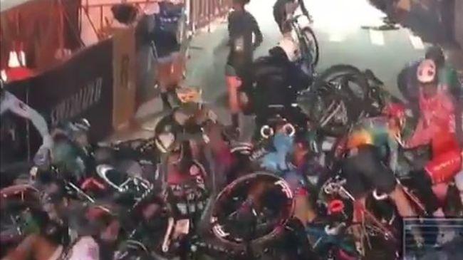 A motoros tömegbalesetet okozott a biciklis versenyen - videó